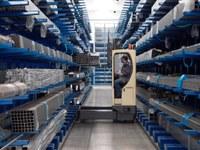 Las carretillas Hubtex de ULMA, la mejor opción para el manejo de cargas largas y voluminosas en pasillos estrechos